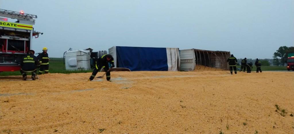 Volcó un camión en Ruta 205, el conductor oriundo de La Pampa sufrió heridas de gravedad