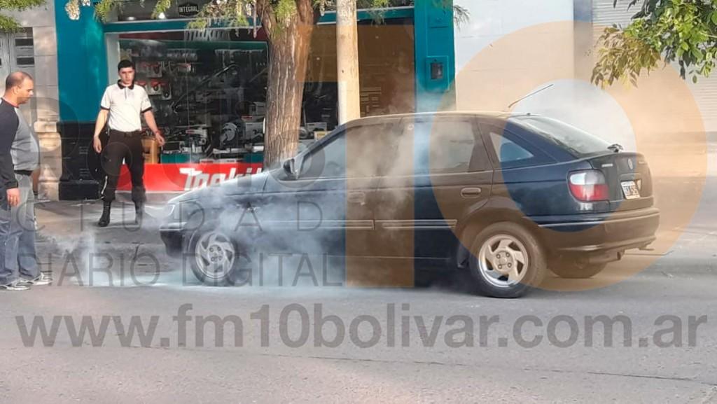 Incendio de un vehículo en calles Alvear y Mitre