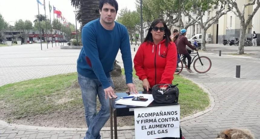 Concejales del PJ se encuentran en el Centro Cívico juntando firmas en contra de un nuevo aumento de gas