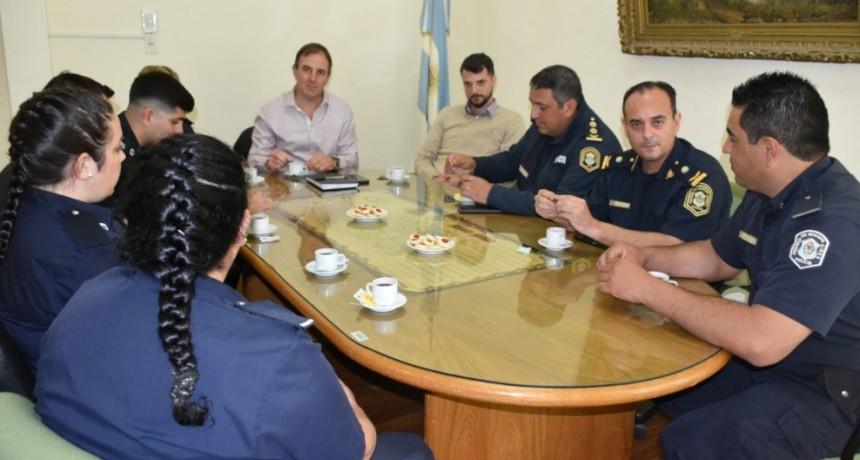 José Erreca recibió en su despacho a los policías que salvaron la vida de una beba