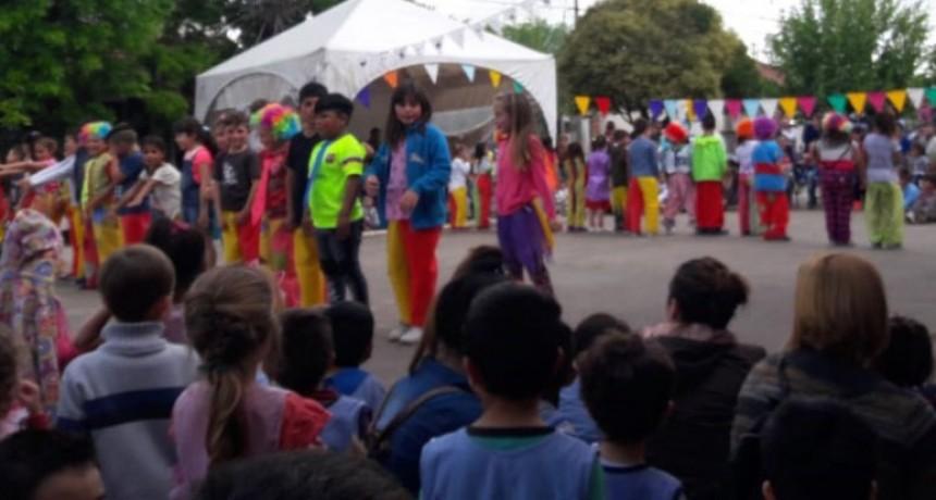 El Circo 801 Alegrías pinto de color la calle en una hermosa tarde de viernes