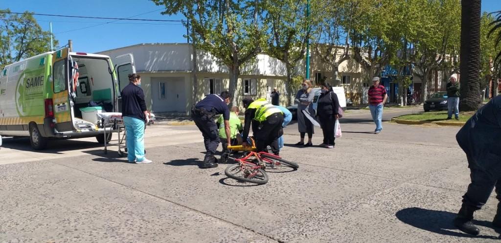 Una mujer que transitaba en bicicleta fue trasladada hacia el hospital luego de un impacto con una camioneta