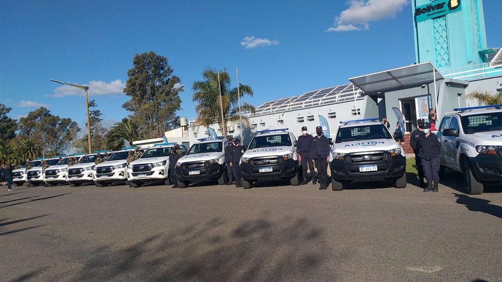 El Gobernador hizo entrega de 10 camionetas cero kilómetro a la fuerza policial local