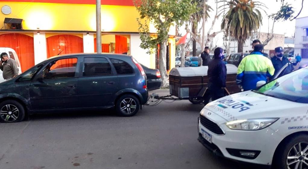 Una leve colisión entre dos conductores en planta urbana, y más tarde daños en la cancha de tenis del Club Independiente