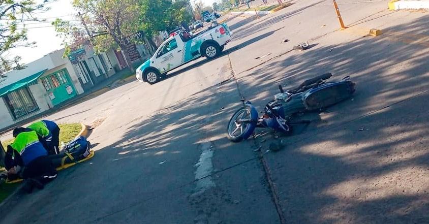 Una mujer fue trasladada hacia el hospital, tras una colisión en avenida 3 de Febrero y calle Castelli