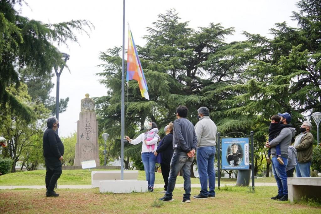 Se realizó el acto y el recambio de la Bandera Wipala en el marco del Día de la Diversidad Cultural