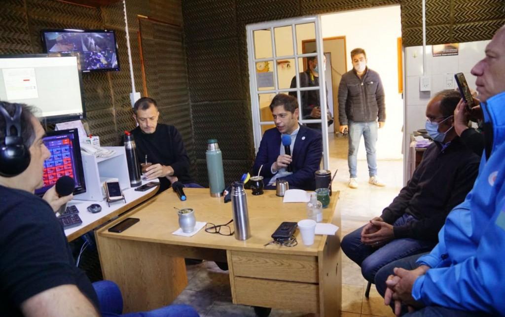 El Gobernador Kicillof visitó FM 10 y habló de obra pública: Viviendas, Ruta 65, Cloacas y los móviles entregados a Policía