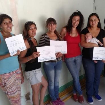 Las alumnas de Villa Diamante recibieron el certificado que acredita el curso de Peluquería