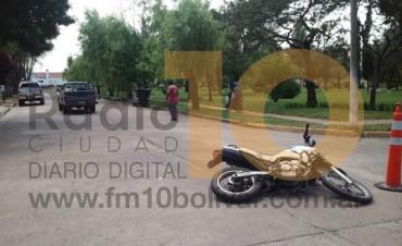 Accidente de tránsito entre camioneta y moto de la Policía: Un joven hospitalizado