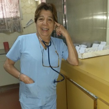 En el Día del Enfermero/a, FM10 homenajeó a Cristina Ramos en nombre de todas las/os enfermeras/os de Bolívar