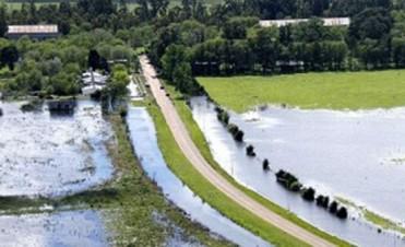 Construyen un canal para ayudar al drenaje de agua en la zona de Carlos Tejedor