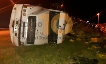 Volcó un camión cargado en la Rotonda de Rutas 65 y 205