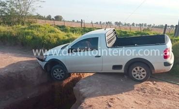 General Villegas: Dos camionetas cayeron en las grietas del camino que une las rutas 33 y 188