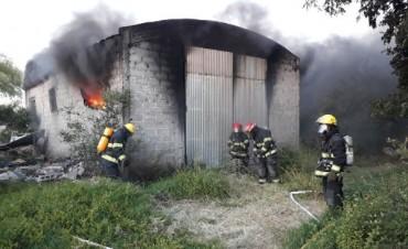 Impresionante labor de los Bomberos de Bolívar al arder un galpón en el Barrio Jardín