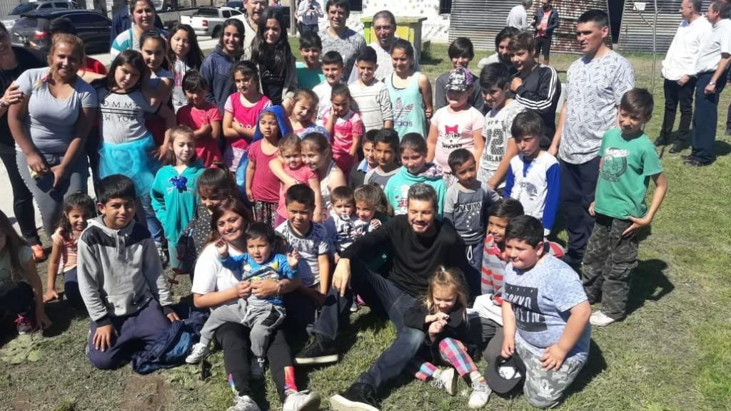 Marcelo Tinelli visitó a los Pequeños Gigantes de Romina Mendoza