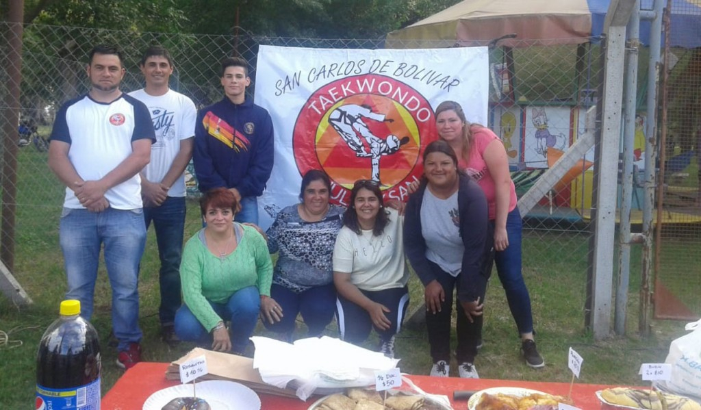 El grupo de padres de alumnos de Taekwondo se reunió en el Parque para vender choripanes y así recaudar fondos para los niños