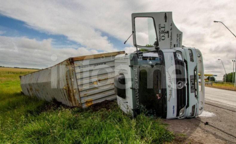 Volcó un camión en la rotonda de Ruta 51 y Ruta 226