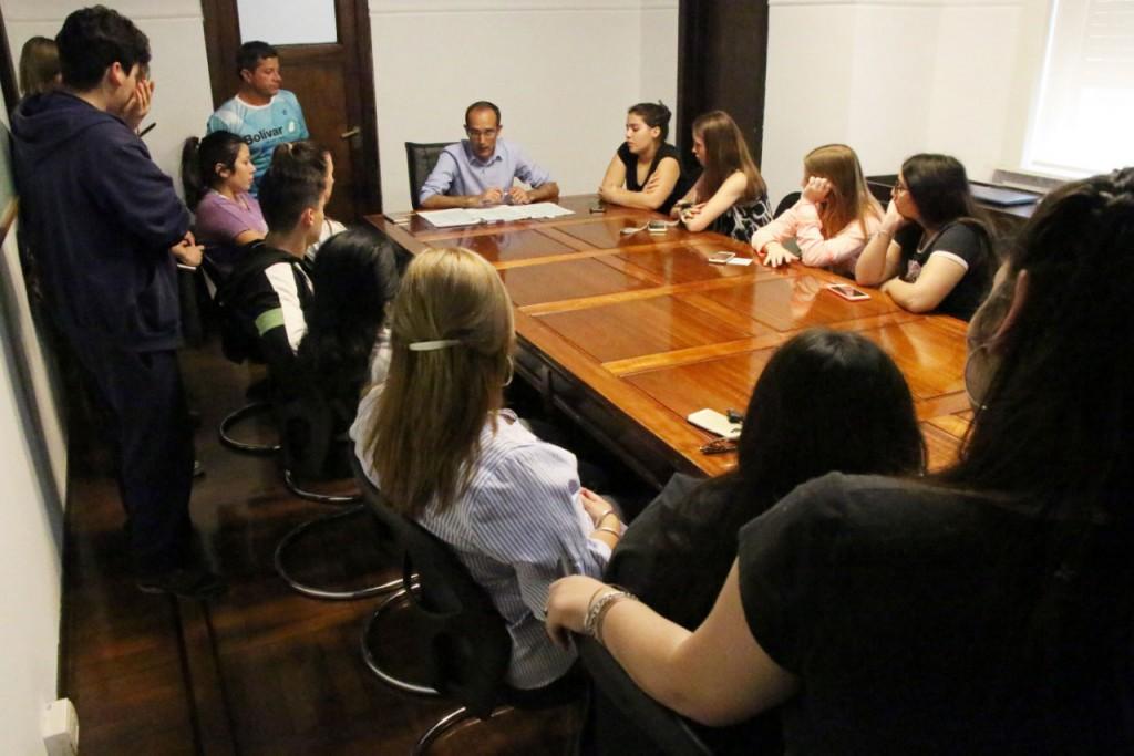 Pisano entregó aportes económicos a estudiantes de 5to. año de escuelas de Bolívar