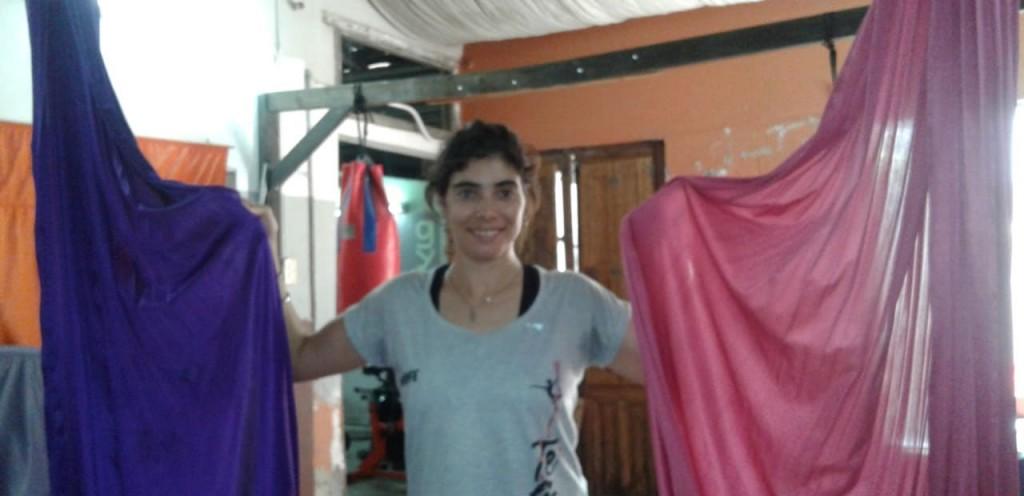 Acrobacias aéreas en aro, tela y trapecio en Positivo Gym