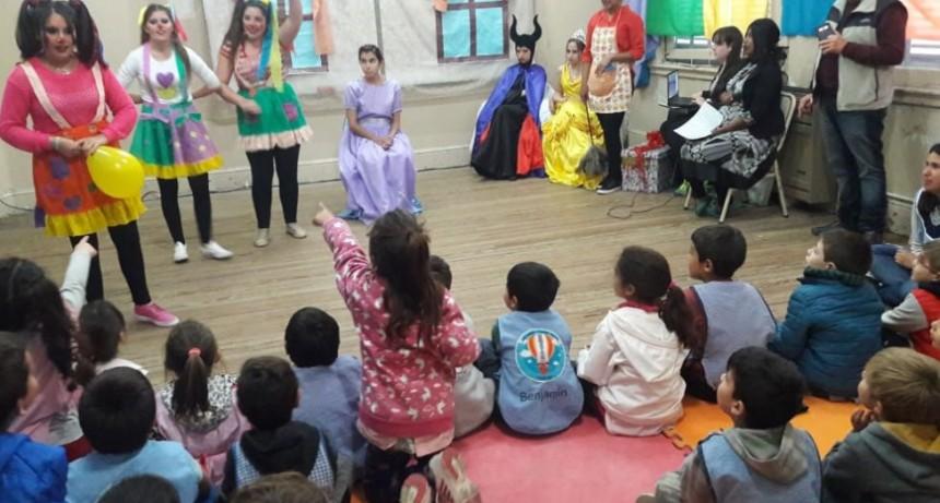 El profesorado de educación Inicial vistió de arte a los jardines de infantes