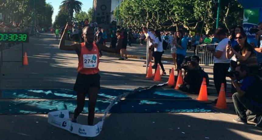 Julius Ronos se consagró como el gran ganador de la 20° edición del maratón de la ciudad