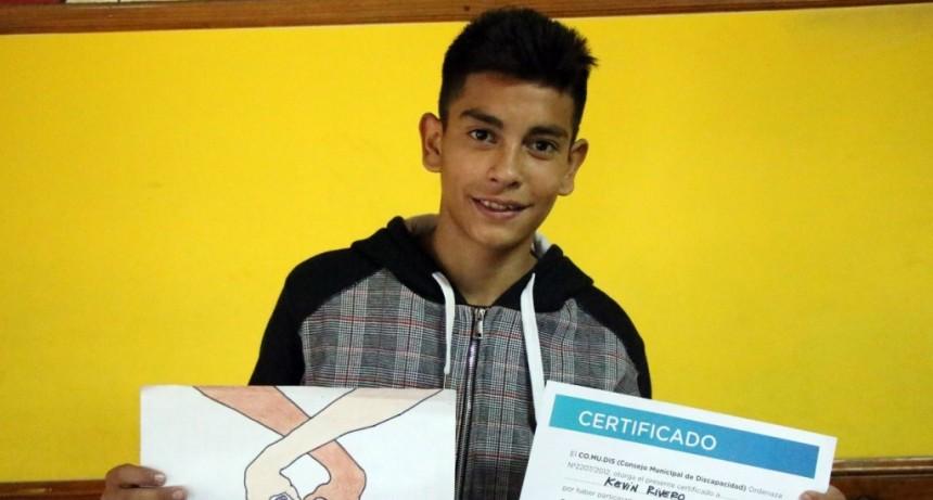 Se entregó el premio al ganador del concurso para elegir el logo del CoMuDis