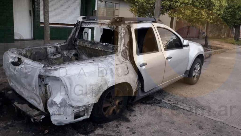 Incendio de un vehículo con importantes perdidas materiales