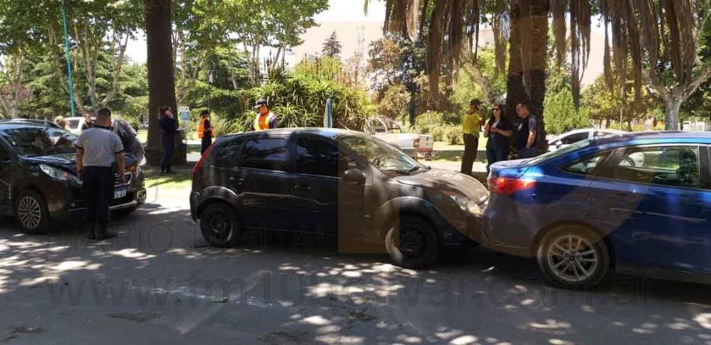 Tres vehículos involucrados en un impacto por alcance en el centro de la ciudad