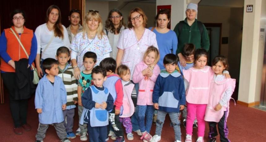 Niños y niñas del jardín N°906 de Hale visitaron el cine y la municipalidad