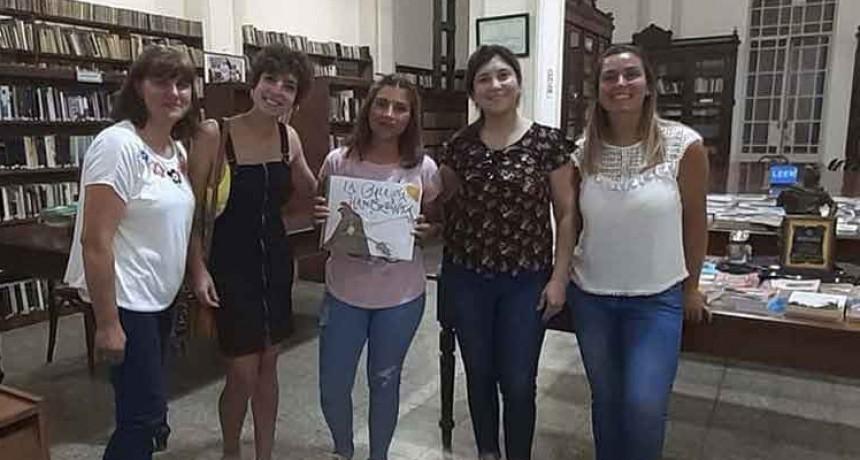 Alumnos del ISFDyT N.º 27 entregaron un libro inclusivo a la Biblioteca Rivadavia