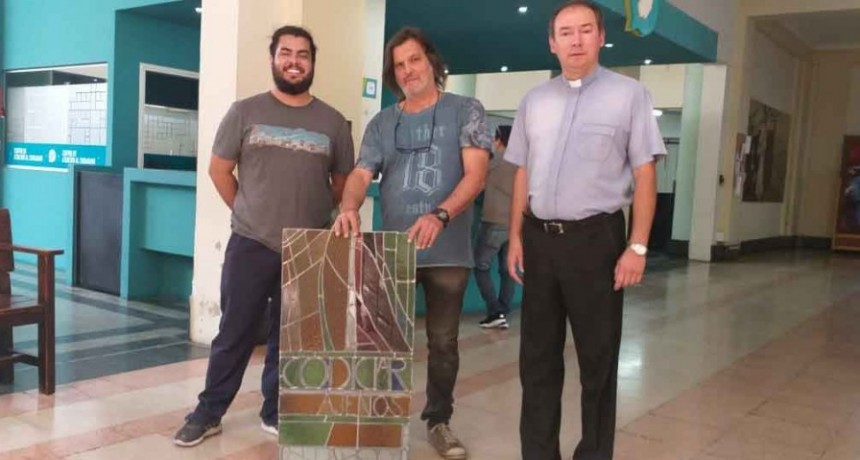 Se está realizando la colocación de los vitrales restaurados en la Parroquia