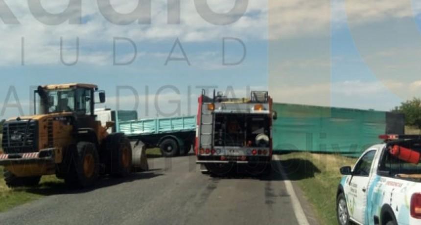 Un camión fue protagonista de un vuelco en cercanías de la rotonda de Ruta 65 y 205