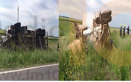 Un camión debió evitar una colisión ante una maniobra de un automovilista y terminó volcando el acoplado