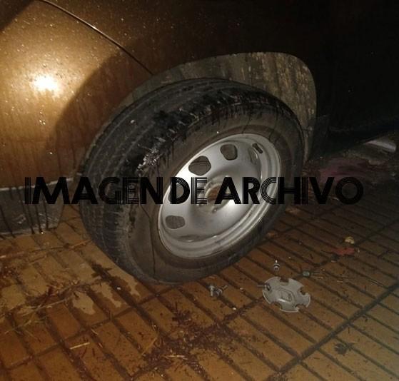 Le robaron un neumático del auto estando estacionado