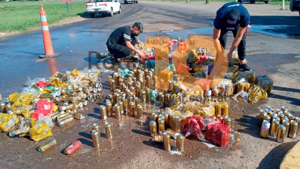Un camión perdió parte de su carga en el ingreso a la ciudad
