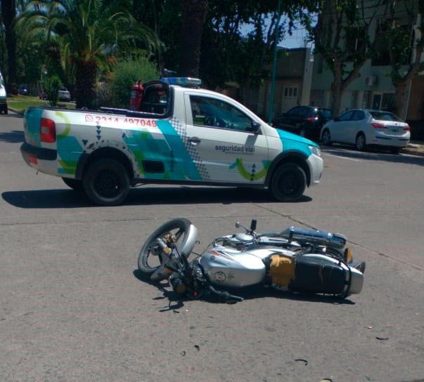 Dos conductoras en moto impactaron en avenida Guillermo Brown y Bernardo de Irigoyen