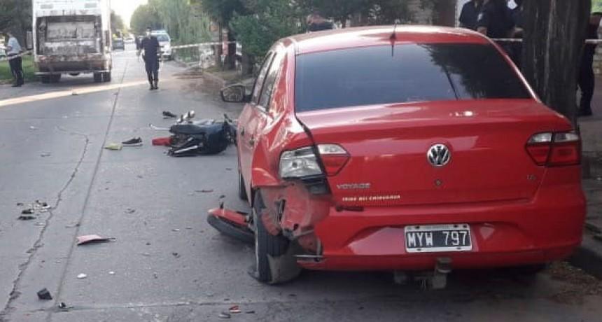 Dos motociclistas impactaron contra un auto que se encontraba estacionado