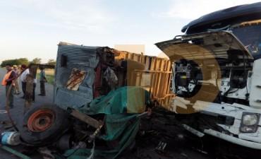 Un camión embistió a un equipo de rollos