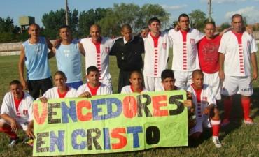 """Los jóvenes de la granja """"Vencedores en Cristo"""" jugaron tres partidos de fútbol en el estadio"""