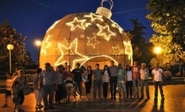 Se colocó una esfera navideña gigante en la plaza Alsina