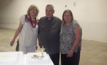 El padre Jorge Qüin llegó a las Bodas de Oro y lo festejó con una cena a la canasta