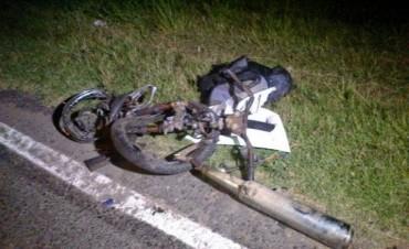 Rutas trágicas: Muere motociclista al chocar contra una camioneta