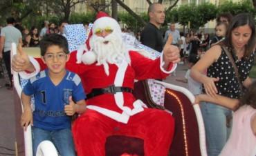 Papá Noel visitó plaza Alsina y más de mil niños lo saludaron