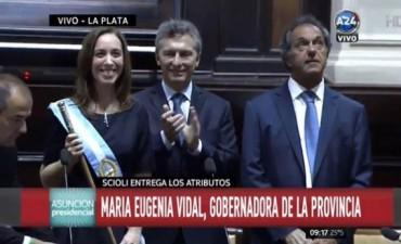 María Eugenia Vidal juró como gobernadora bonaerense al lado de Mauricio Macri y Daniel Scioli