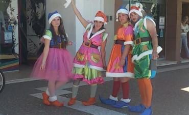 Los duendes de la Navidad recorren la ciudad, y al igual que los niños, esperan a Papá Noel