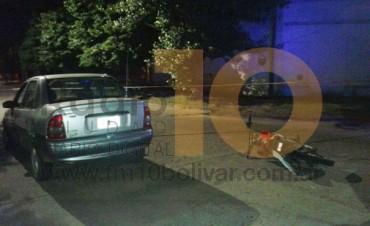 Impacto entre moto y auto dejó como saldo, un joven hospitalizado