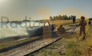 Urgente: Se incendió una camioneta en un camino rural