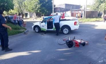 Una mujer sufrió un golpe en la cabeza tras rozar su bicicleta con un auto