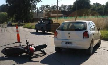 Accidente en Avenida Calfucurá y Catamarca: Una moto impactó contra un auto