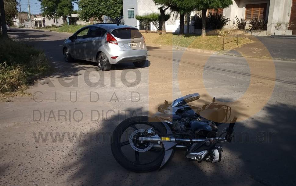Impacto entre moto y automóvil en Palavecino y Moreno
